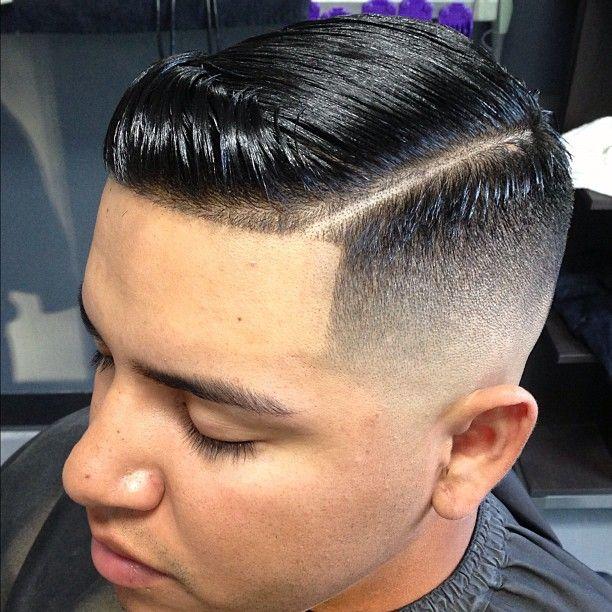 Coupe de cheveux masculine avec une raie rasГ©e