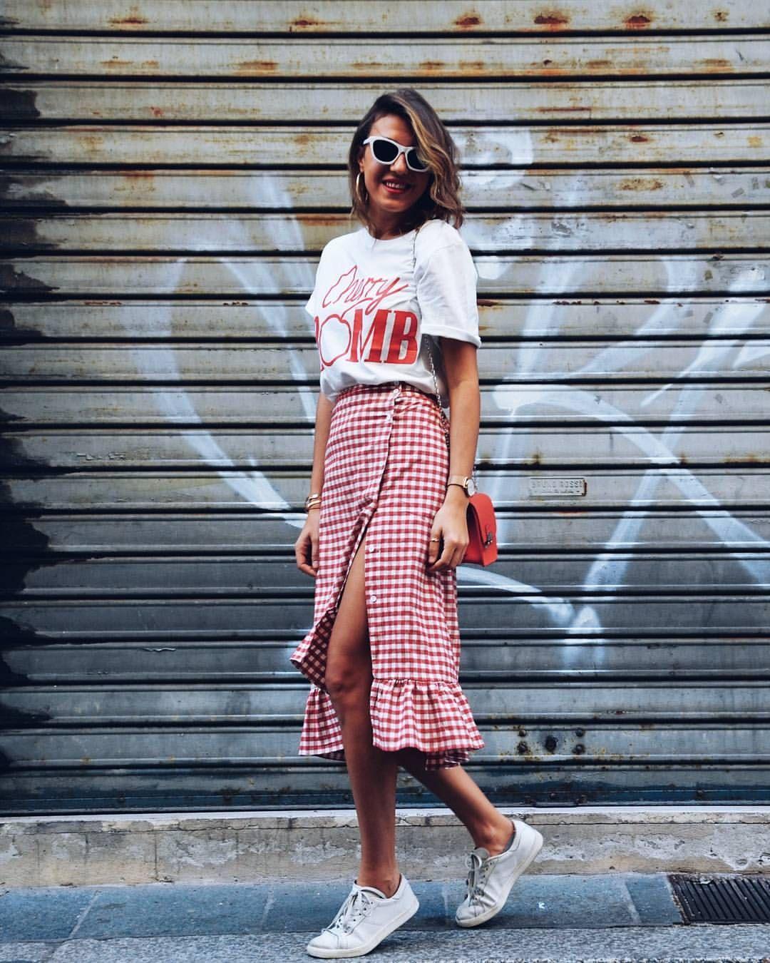 vichy vermelho, camiseta e tênis