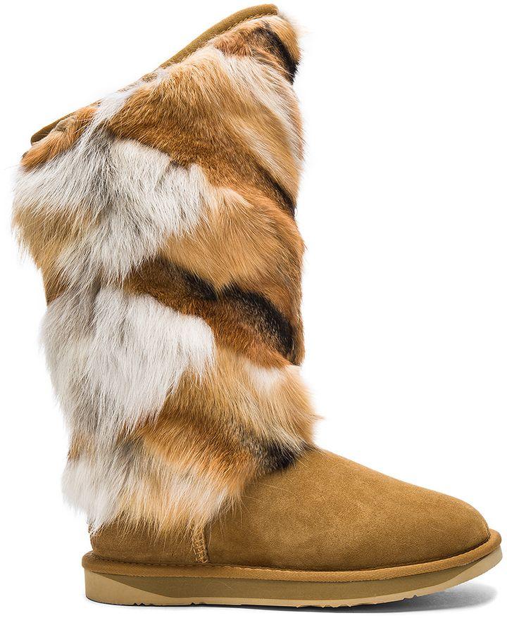Austrailia nude in rubber boots