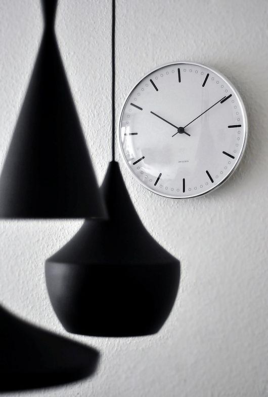Få tjek på tiden og styr på tidens indretningstendenser. Arne Jacobsens Station ur blev oprindeligt tegnet til elvare-producenten LK i 1941. Originaldesignet for den ikoniske klassiker er nu genskabt og forvandler en anonym hvid væg til et markant designstatement.