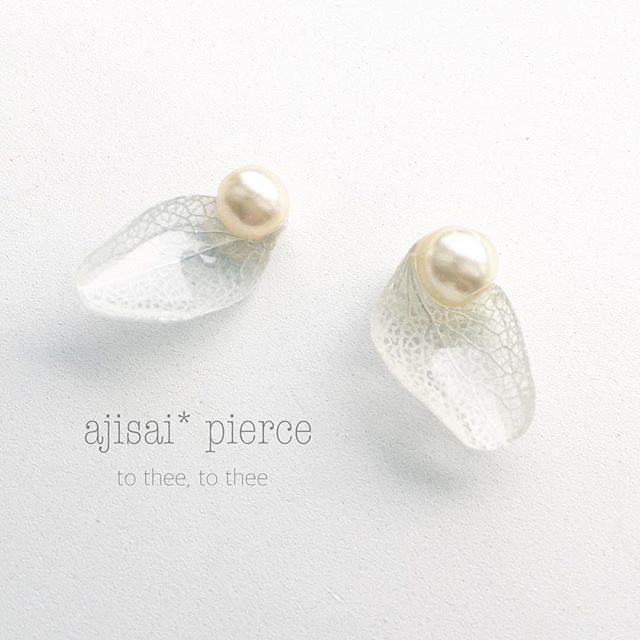:ajisai* simple pierce:・・・・・・・・・・・・・・・・・・・・・・・・・・・・・・・・・・・・・・・・・・・ 仄かな水色の紫陽花を使用した、シンプルで透明感のあるピアスです。薄いクリーム色のチェコパールと合わせて、上品な風合い...