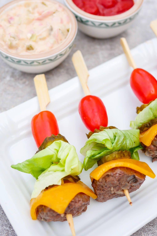 Low Carb Burger-Spieße - gesundes Fingerfood für Party