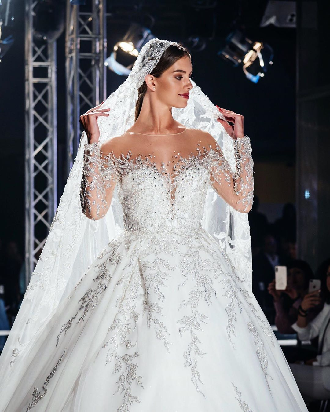 Александра Кучеренко в свадебном платье от DOMINISS