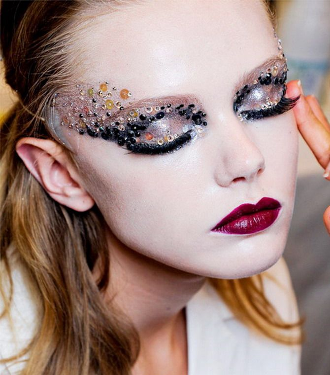 I'm undecided about this look. I think it could work for mermaid eyes, but it needs some blues for it to appeal to me for mermaid. Clever use of sequins and paillettes.