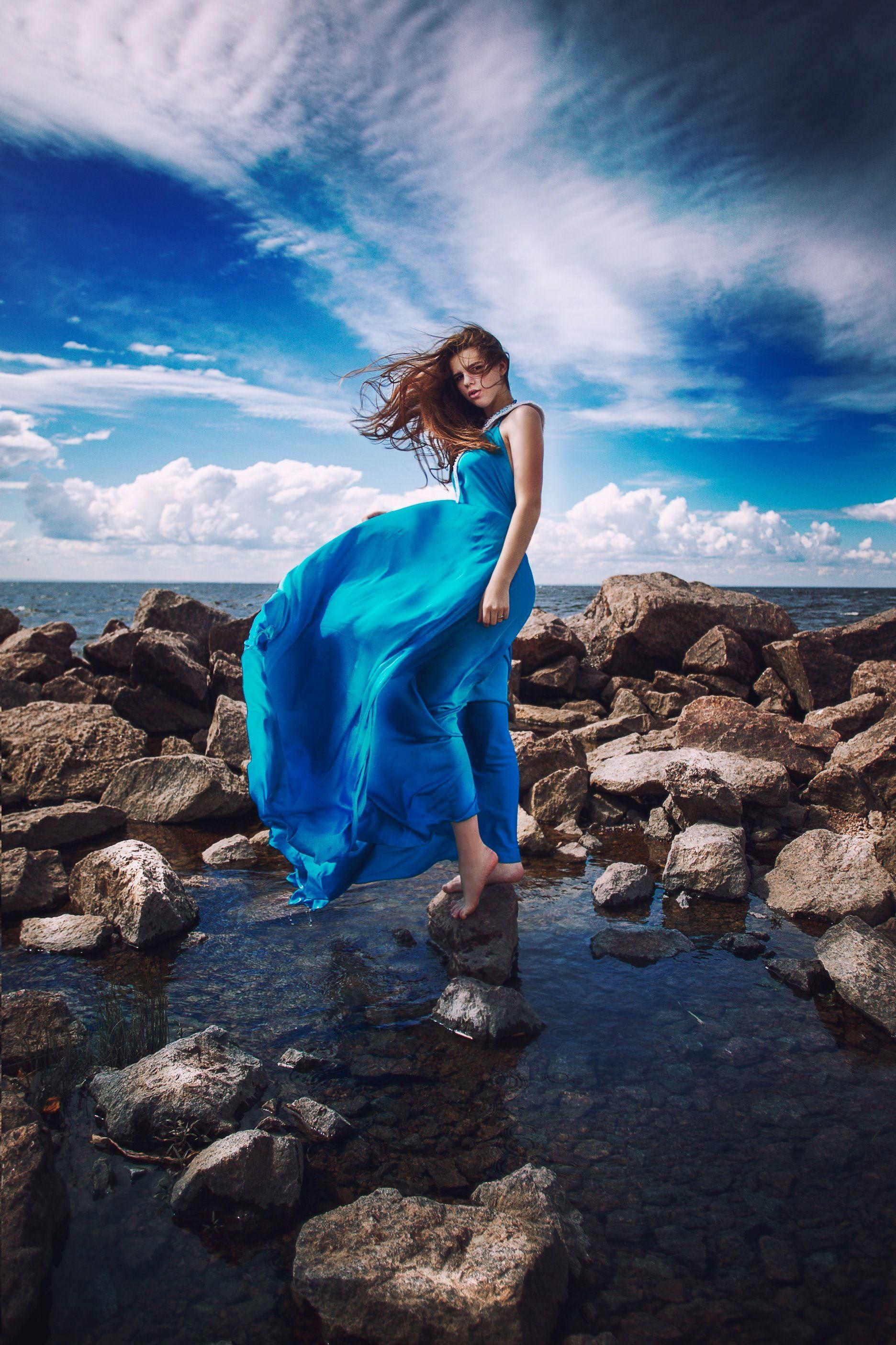 Картинки девушки великана в голубом платье