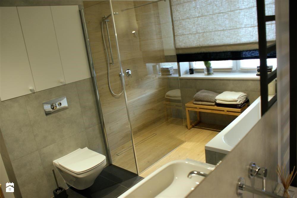 Szaro Biała łazienka Z Elementami Drewna Zdjęcie Od