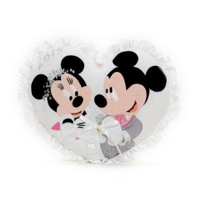 """¡Qué regalo tan bonito para cualquier pareja feliz en su día especial! Con el año """"2015"""" bordado, parches decorativos de Mickey y Minnie en la parte delantera del cojín, ribetes de raso y una cinta para sujetar los anillos."""