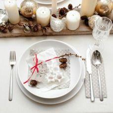 La decorazione per la tavola natalizia con gli addobbi - Centrotavola argento moderno ...