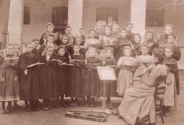 Lecon De Chants Pour Les Filles Ecole Du Pont Neuf 1900 Extrait De L Instruction Populaire Et Les Ecoles Prim Exposition Universelle Carte Postale Art Deco