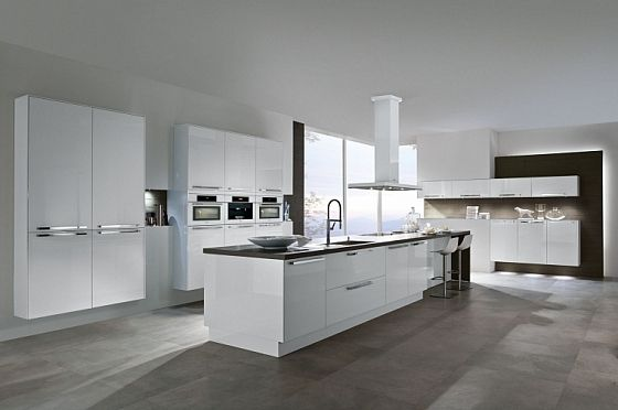 Hoogglans Witte Keuken : Hoogglans witte keuken met bar passend in elk interieur