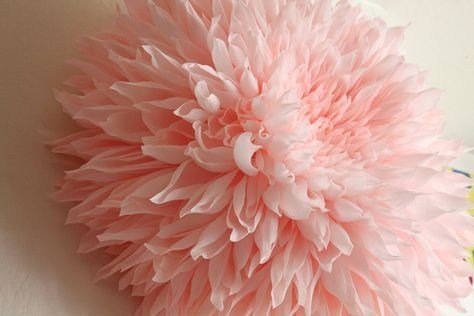 Dalia gigante di carta. Creazione di Tiffanie Turner. Vale veramente la pena dare una sbirciatina al suo sito  www.papelsf.com