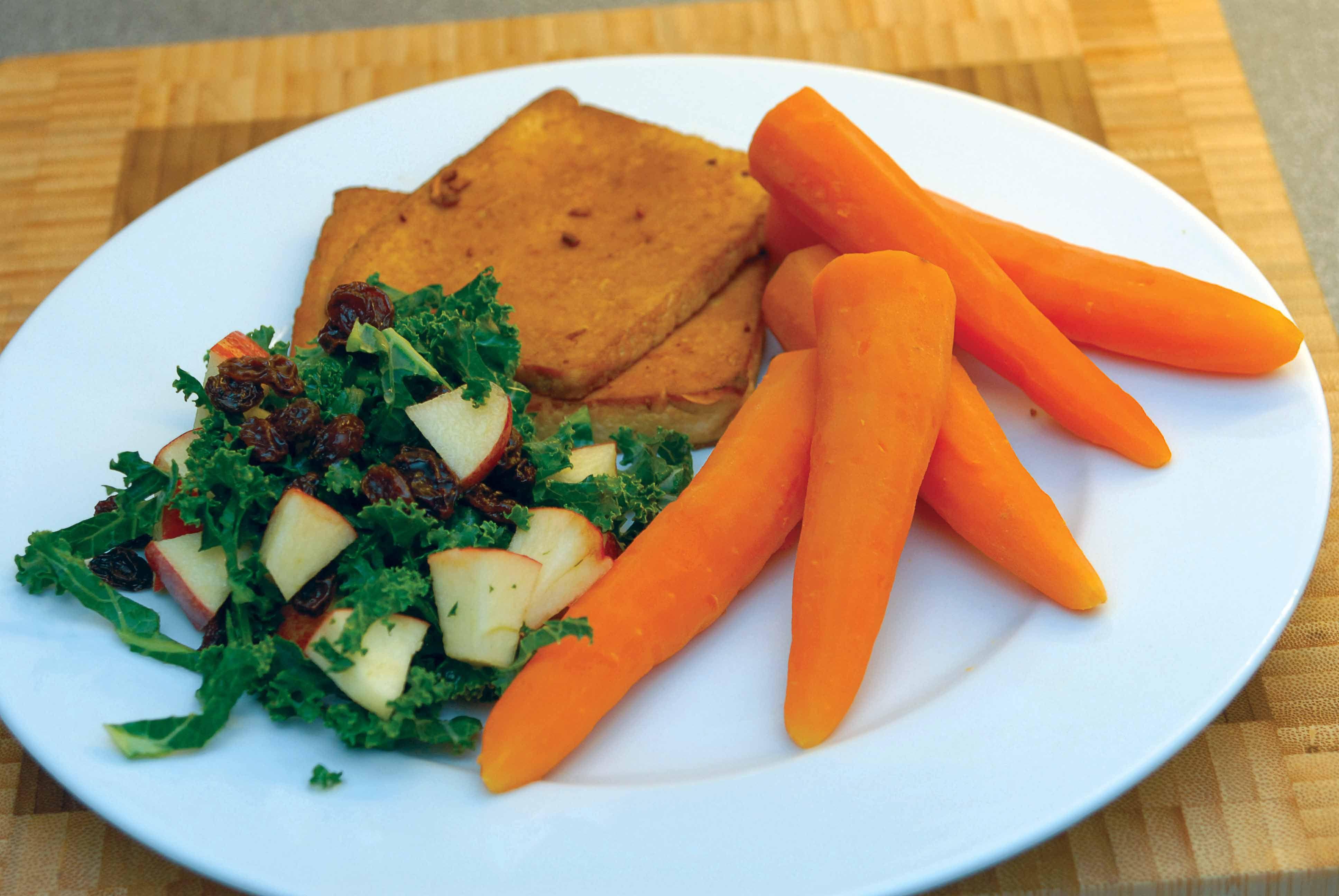 Grillet tofu, kogte gulerødder og grønkålssalat | Anima.dk