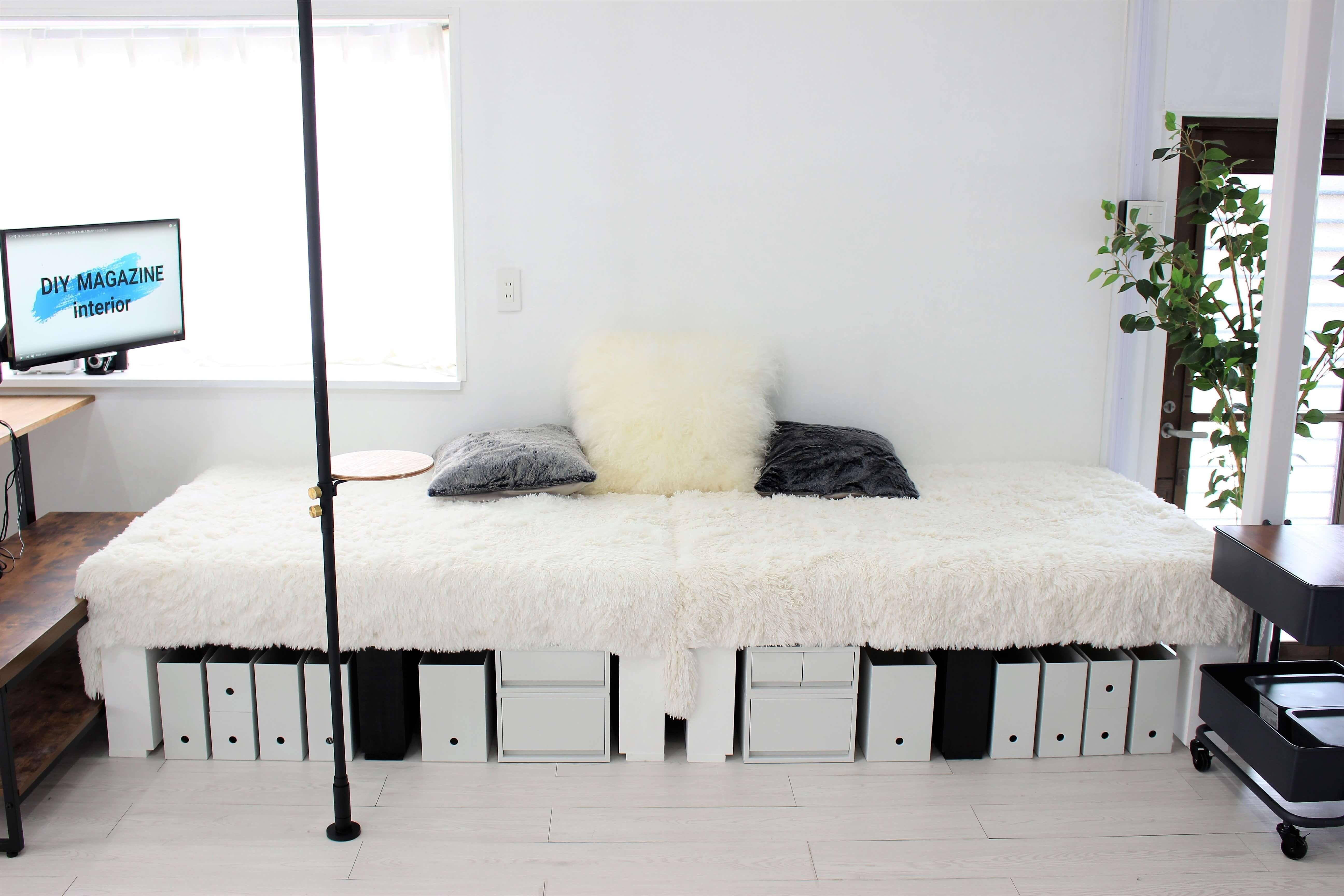 リノベーションした部屋にソファーベッドのような小上がりを自作 リビングに段差を作ってくつろげる空間にdiy 足元は無印良品のケースで収納スペースとして活用 カウンターテーブル ベッド の 作り方 ソファーベッド