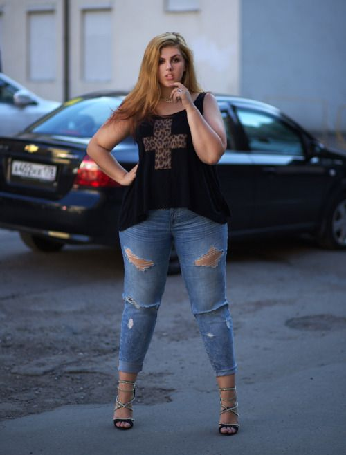 bd5dce3eeefd Baggy clothes will disguise the body shape but you will make yourself  appear as a  fashion disaster . Instead always opt for clothes which will  fit your ...