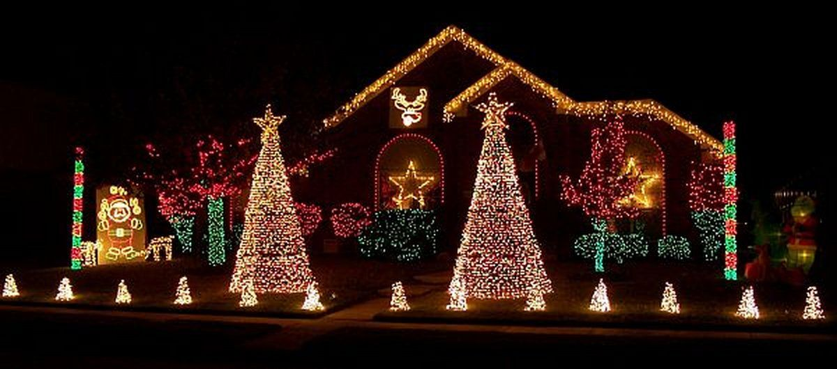 20 awesome christmas decorations for your yard outdoor Pictures of houses decorated for christmas outside