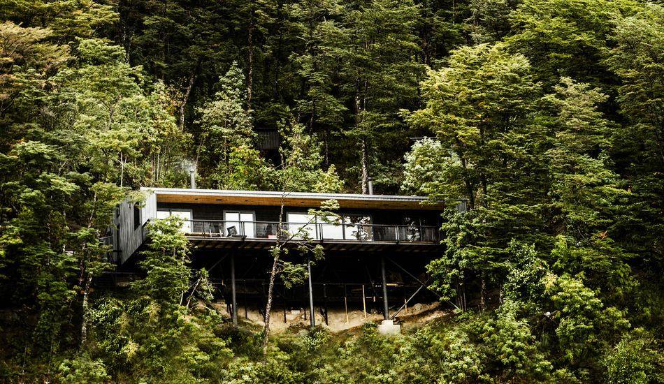 Étonnante maison sur pilotis camouflée dans les bois au bord d\u0027un