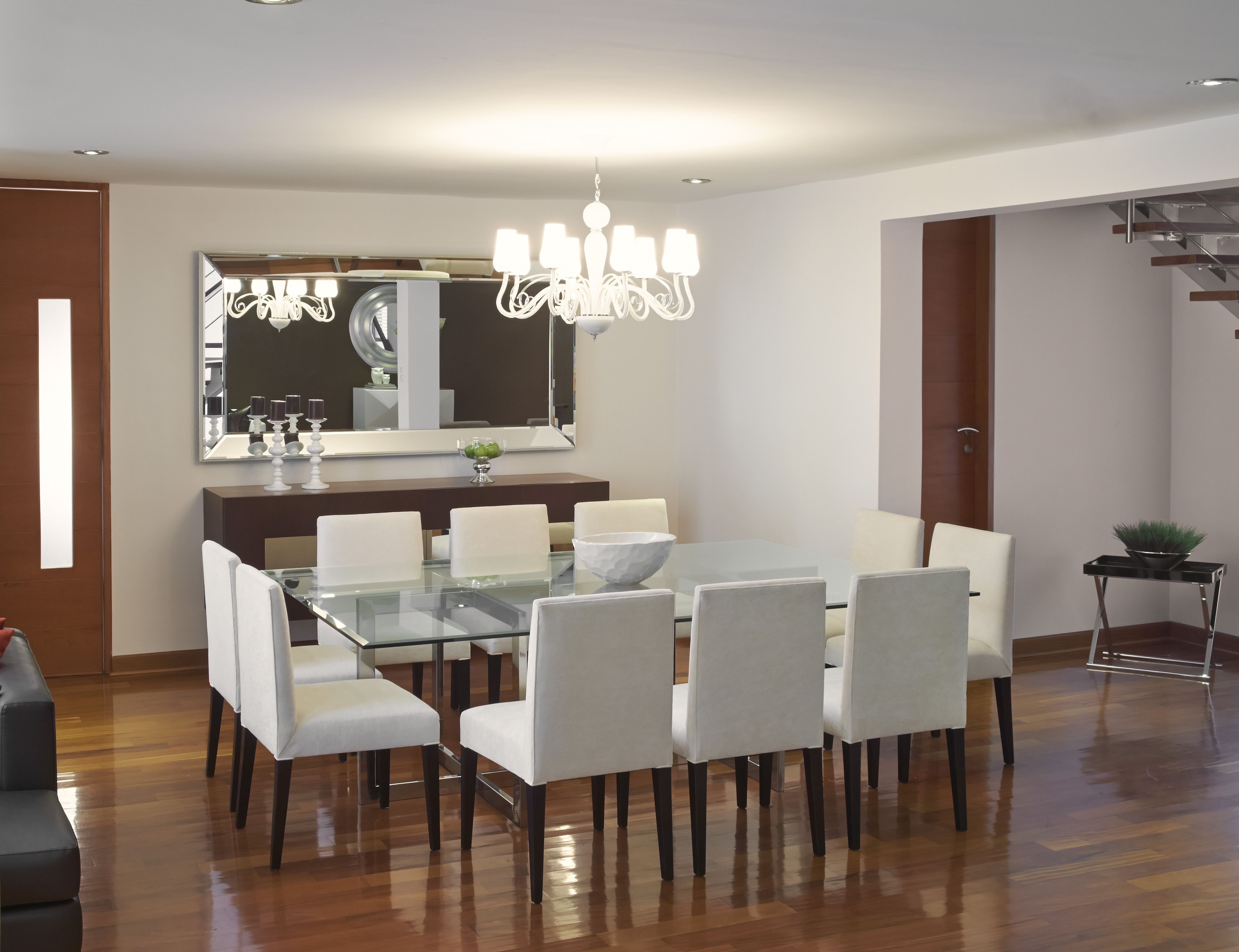 Vista desde la sala hacia el comedor resalta la luminaria for Espejos horizontales para comedor