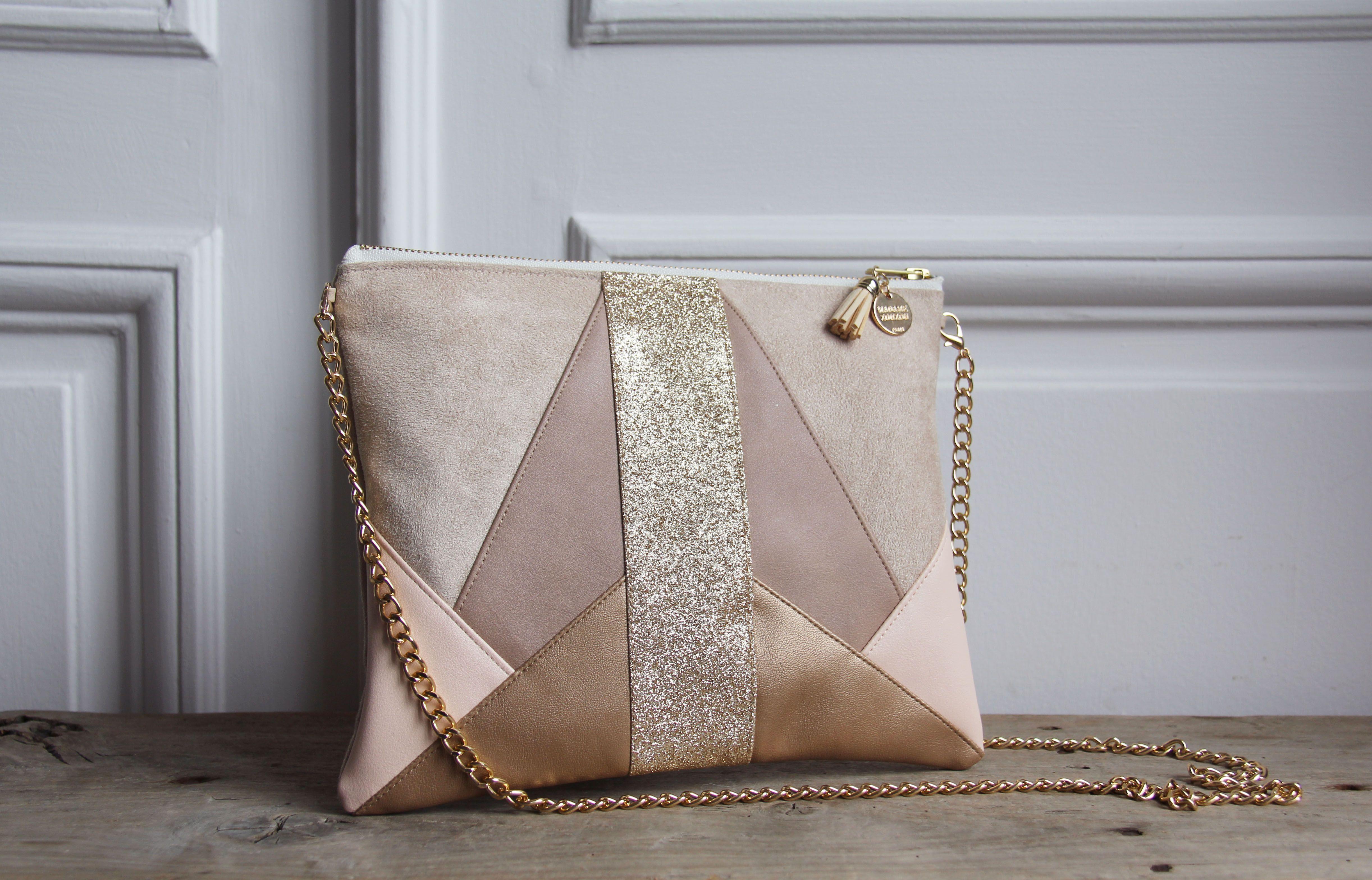 83ab90ea54 Pochette en suédine, simili cuir et tissus à paillettes- Couleurs : écru,  rose clair, beige et doré- Paillettes : dorées- Doublure en coton gris  (suivant ...