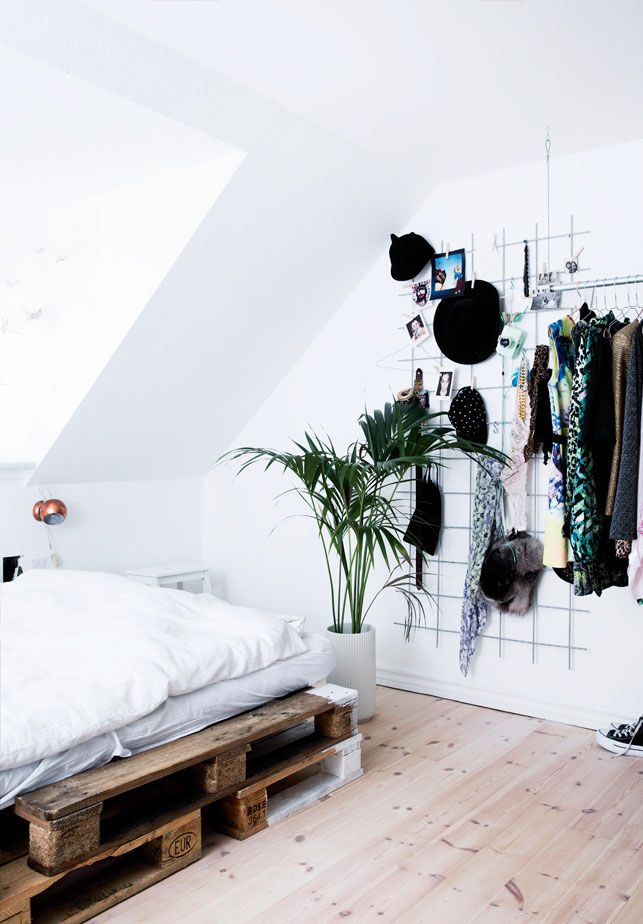 bedroom: bed on palettes + wire wall storage | Rooms | Pinterest ...