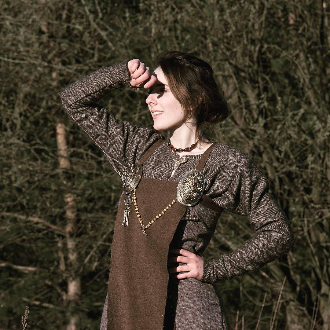 """197 gilla-markeringar, 3 kommentarer - Little-big Viking Adventures 🏹 (@joravikinger) på Instagram: """"just a little close-up #viking #dress #aprondress #vikings #vikingreenactment #medieval…"""""""
