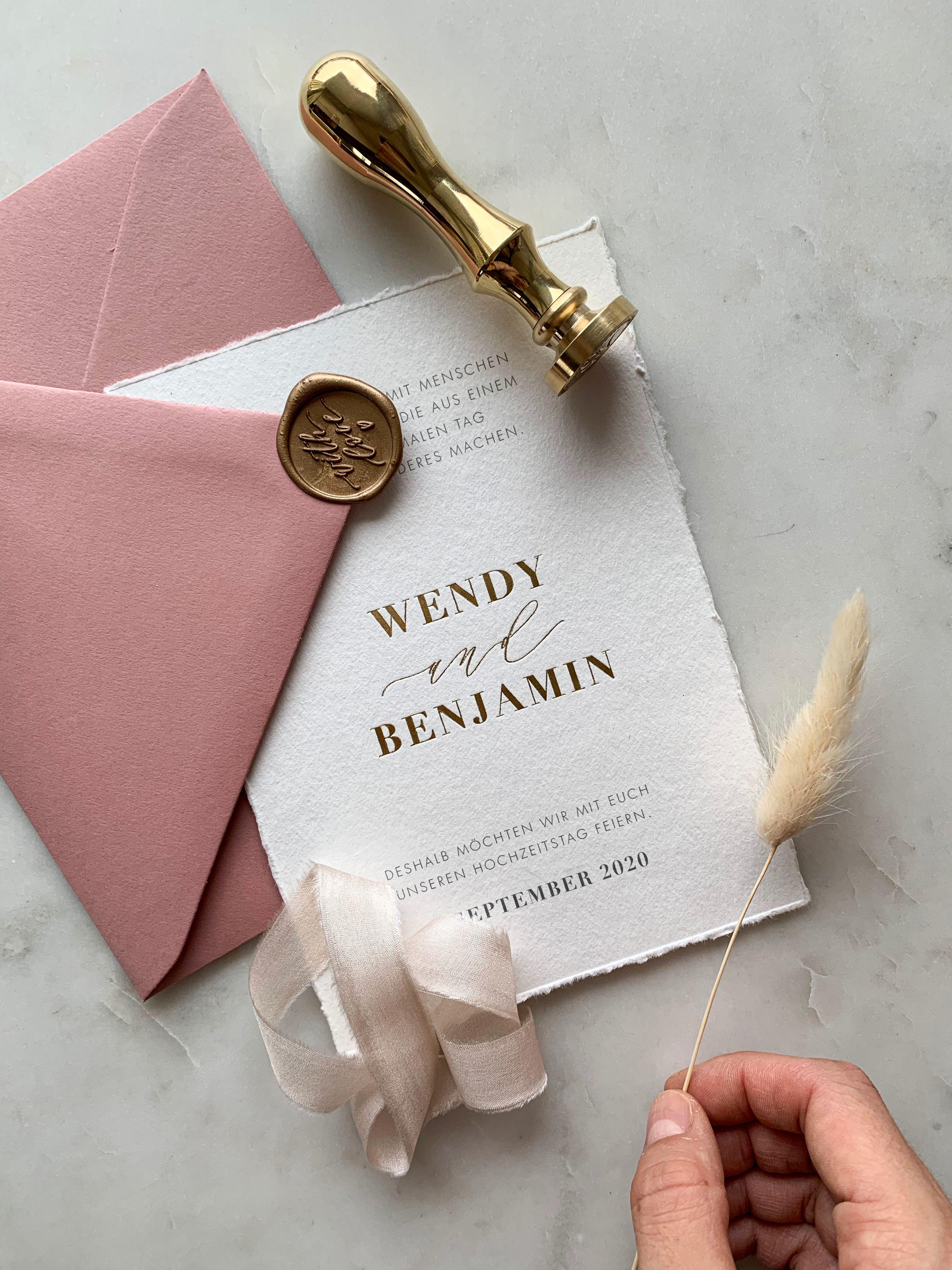 Romantische Hochzeitseinladung Mit Heissfolienpragung Gold Und Umschlag In Altrosa Weddinginvi In 2020 Romantische Hochzeitseinladungen Hochzeitseinladung Hochzeitstag