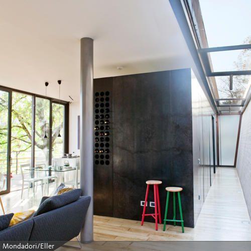 Auch im Haus das Tageslicht zu nutzen, spart nicht nur Strom – es erhellt auch die Gemüter. Dies gelingt mit Fensterfronten und Oberlicht. Durch den hellen Fußboden wird hier der Effekt noch verstärkt.