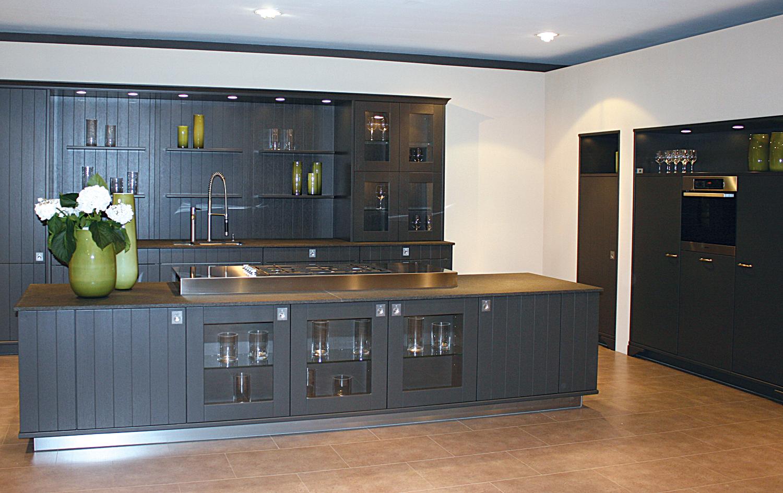 Landelijke keuken met kookeiland en keukenkasten in een grijze kleur het kookeiland van deze - Keuken rode en grijze muur ...