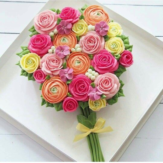 Pretty cupcakes arranged in a bouquet pattern. Adorable!