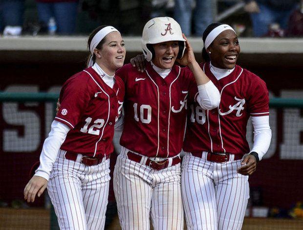 A Sweeping Success No 5 Alabama Softball Beats Lsu Again Moves To 11 1 In Sec Play Alabama Softball Softball Softball Uniforms