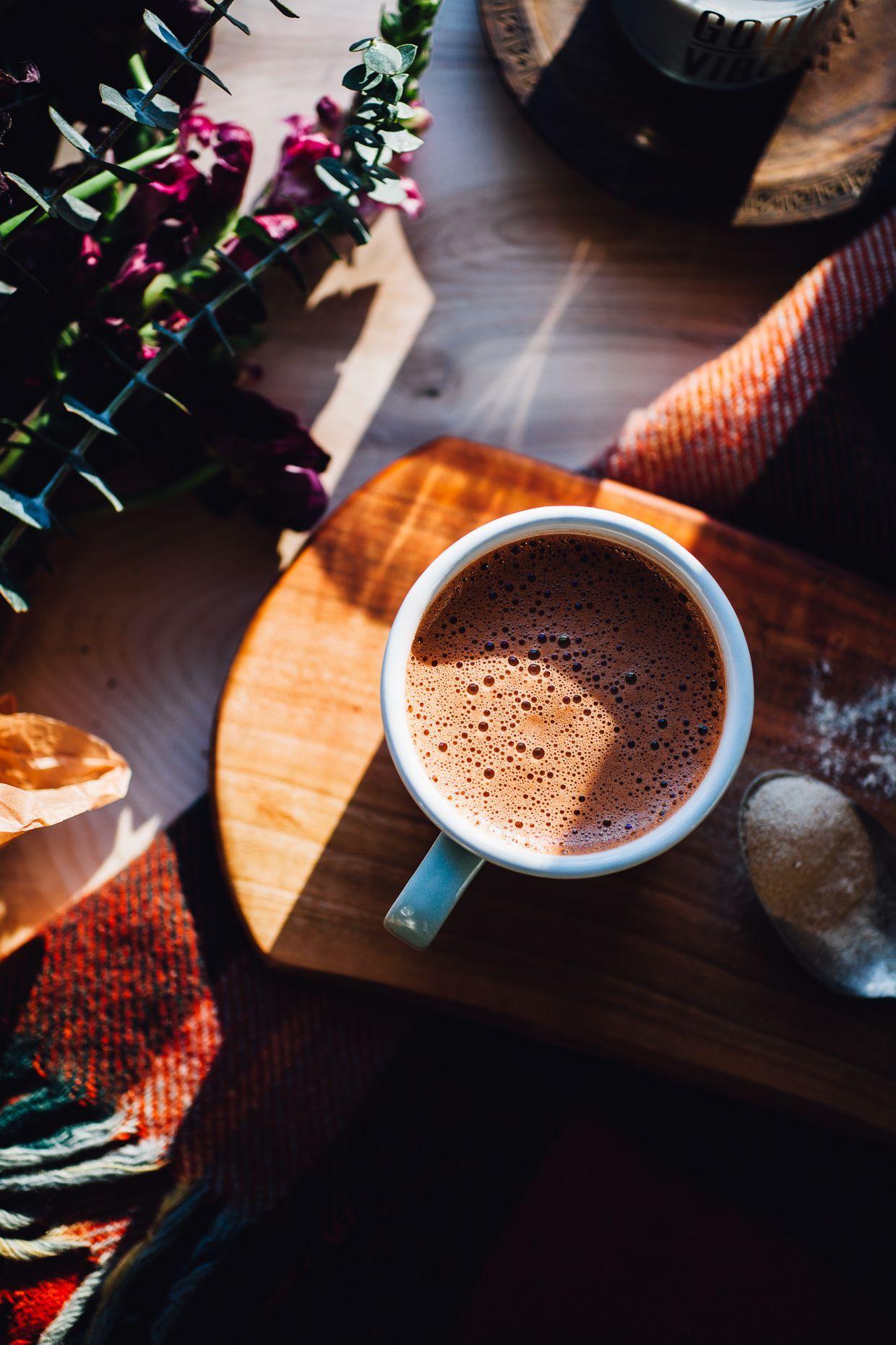 Heiße Schokolade mit Kokosnusswasser tummelt sich für Food Video Rezept