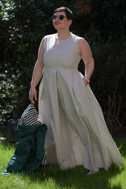 The dress I am wearing is in pure stretch cotton and has the pockets that allow you to do it flutter and run in the grass like princesses, perfect also for a beautiful weekend on the seaside where you can wear it with a sandal!