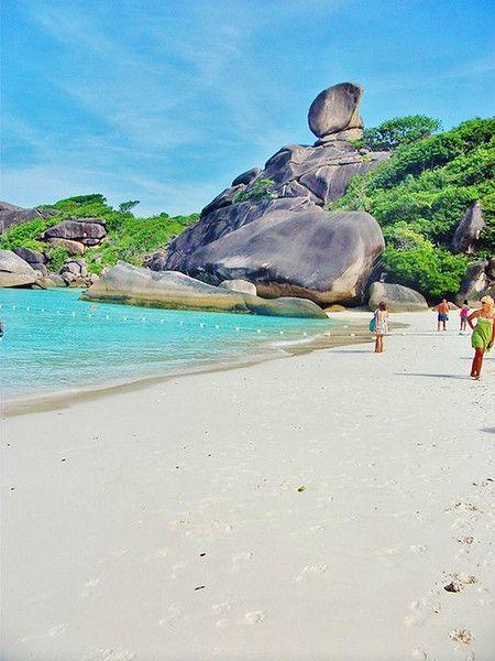 Similan Islands - Travel tips for Phuket, Thailand on the blog! Magnifique paysage à phuket profiter de trouver votre hôtel moins cher à phuket avec le comparateur de voyage pas cher trouvevoyage.com