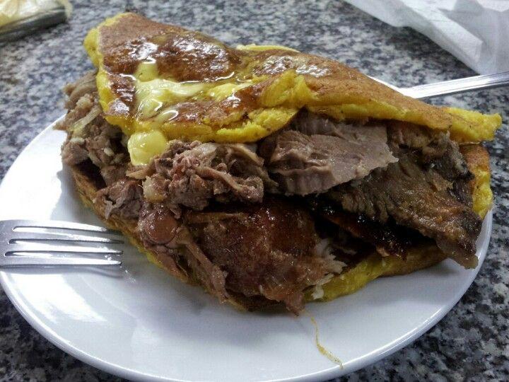 Una deliciosa cachapa de pernil en Doña Agapita. La Candelaria. Muy cerca de Plaza La Candelaria. Caracas
