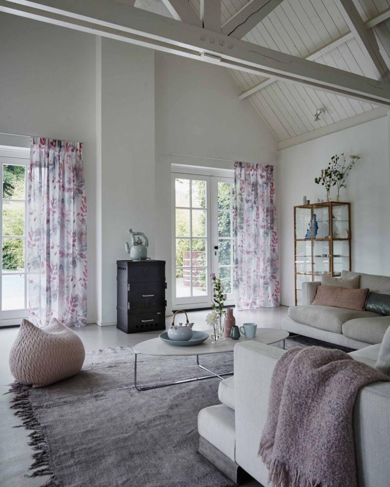 Gekleurde in-between gordijnen in een wit interieur. | In-between ...