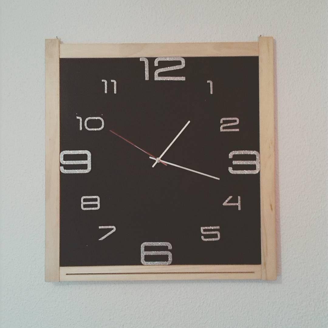 Mi primer proyecto #diy Un reloj de pared hecho con una pizarra de bar tirada a la basura, un bote de pintura y un reloj  chino. #reciclaje