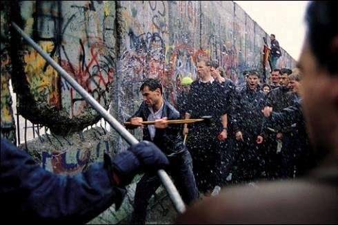 Momentos Que Han Dejado Marca Derribo Del Muro De Berlín 1989 Diferentes Personas Derriba Mur De Berlin Photojournalisme Journée Mondiale De La Photographie