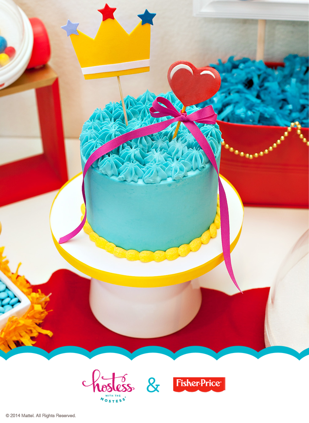 Keep the smash cake decorations effortless and sweet - like this fondant crown and heart that can be removed when baby is ready to dive in! #Royal #FirstBirthday