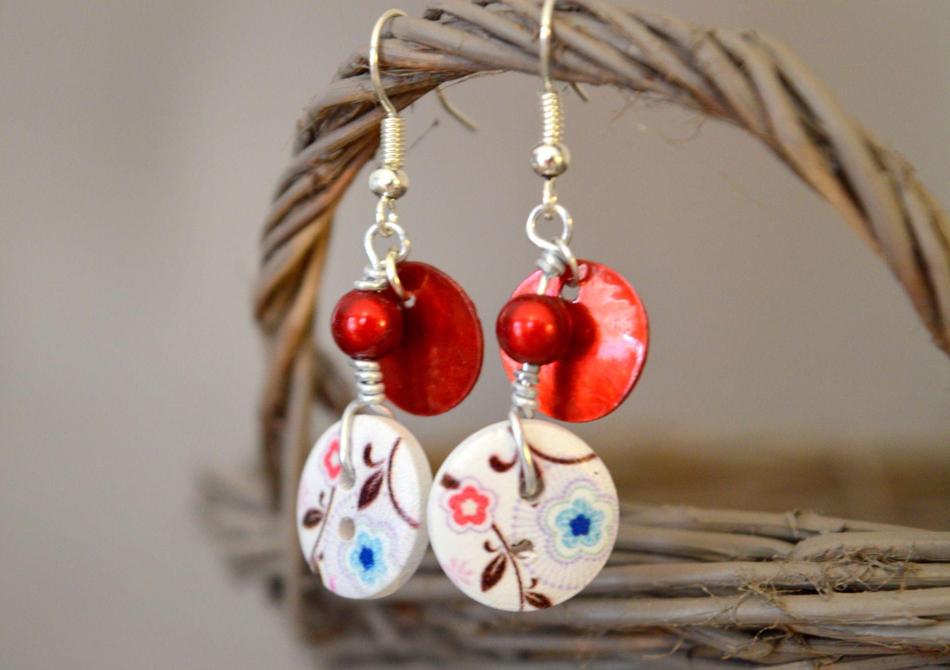 Boucles d'oreilles sans nickel, boutons bois fleurs rouges et bleues et nacres - Bijoux TessNess : Boucles d'oreille par tessness