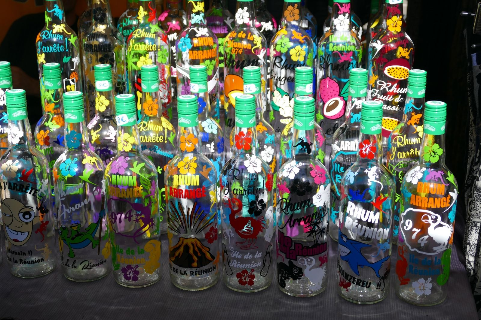 """Parmi toutes ces bouteilles de Rhum, vous trouverez bien celle qui vous correspond ;) - Carnet de voyage """"Vacances à la Réunion"""""""