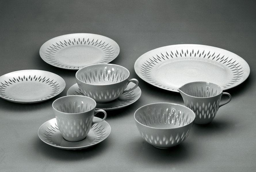 Riisiposliini Friedl Kjellberg teki 1940-luvulla uroteon elvyttämällä vanhan riisiposliinitekniikan ja perustamalla Arabian tehtaille erillisen riisiposliiniosaston. Astiat tehtiin käsityönä, ja työ oli teknisesti vaativaa.  Kjellberg suunnitteli useita riisiposliinisia astioita, joista tunnettuja ovat esimerkiksi Rivi, Lehti ja Oksa. Niitä valmistettiin 1940-luvulta aina 1990-luvulle asti.
