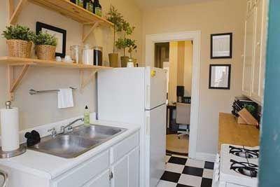 C mo decorar y organizar una cocina peque a cocina for Estantes para cocina pequena