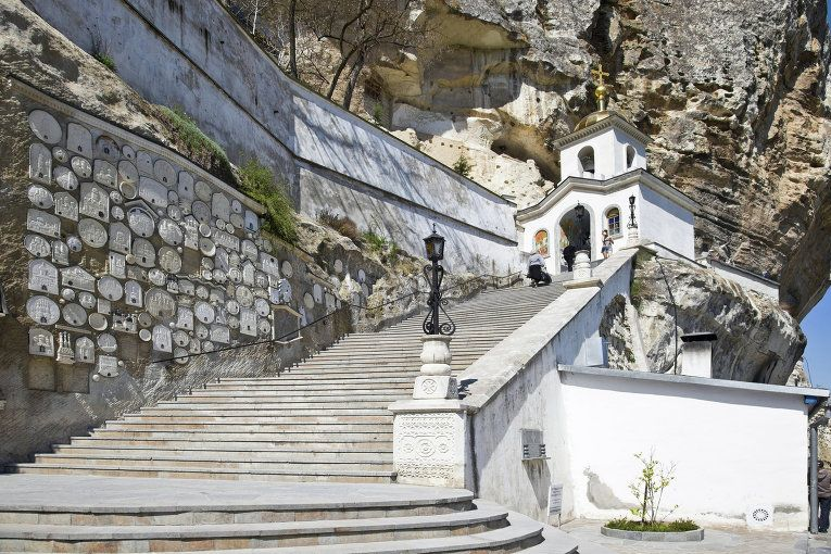 Успенский монастырь - один их старейших в Крыму. Предполагается, что он был основан в конце VIII - начале IX в., когда в Крыму появились иконопочитатели - монахи и миряне, бежавшие сюда от преследований иконоборцев Византии после церковного Собора 754 г. В последние годы главная церковь монастыря во имя Успения Богородицы была частично реставрирована, а в 1993 г. здесь открыт мужской монастырь. К настоящему времени сохранились немногие монастырские постройки.