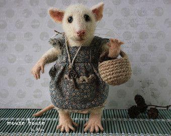 Infeltrito Mouse con libro e occhiali grigio di MouseHousebyAlina