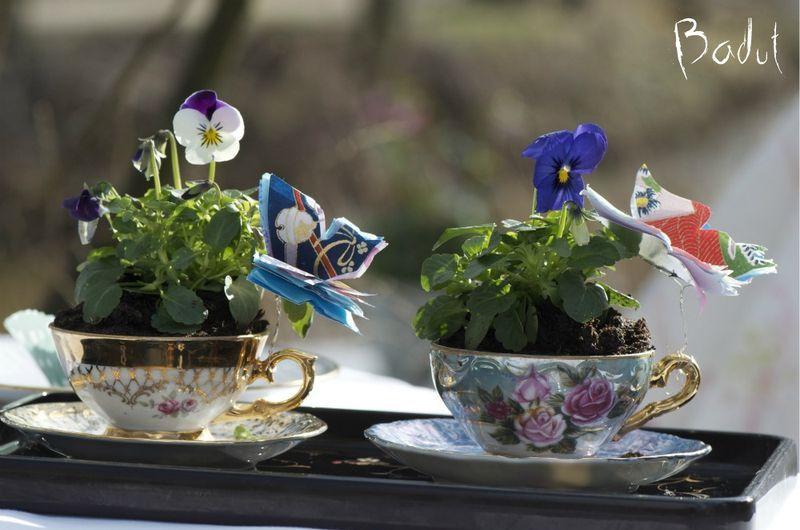 Easter table decoration in a cup -  Et år i en kop blomster i marts