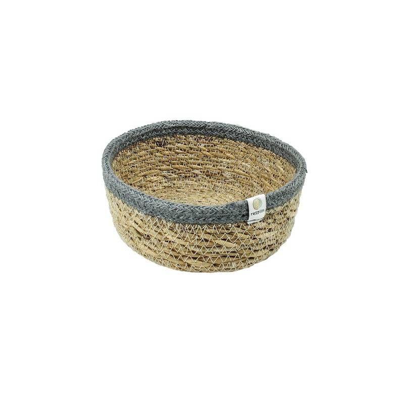 Mandje van zeegras en jute met grijze rand.  Klein mandje voor op tafel of als handige opberger in de kast, volledig uit natuurlijke materialen gemaakt.