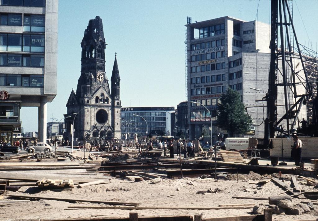 1958 Berlin-Charlottenburg, überall wird gebaut, auch vor dem Bahnhof Zoologischer Garten.