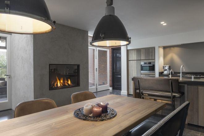 Keuken met gasgestookte liftdeurhaard Luna Diamond van M-Design - via Boley