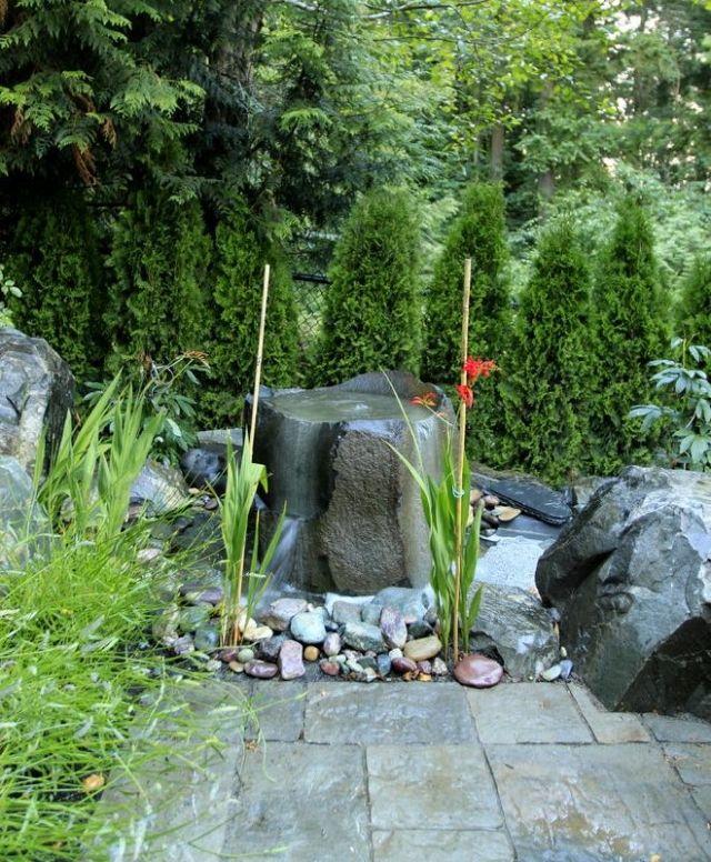 Brunnen Wasserspiele Im Garten Design Stein Kies Pflanzen Thuja