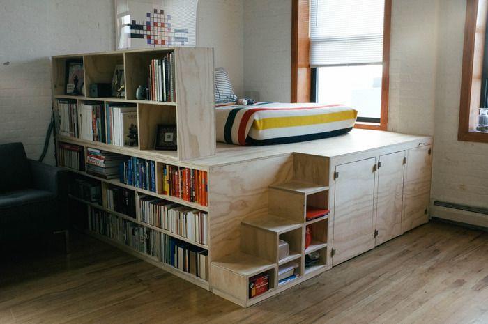 いっそ家具の上で寝てしまおう。これなら十分に収納できる上に、インテリアとして本を並べられますね。 | インテリア 収納, インテリアデザイン, ベッドフレーム diy