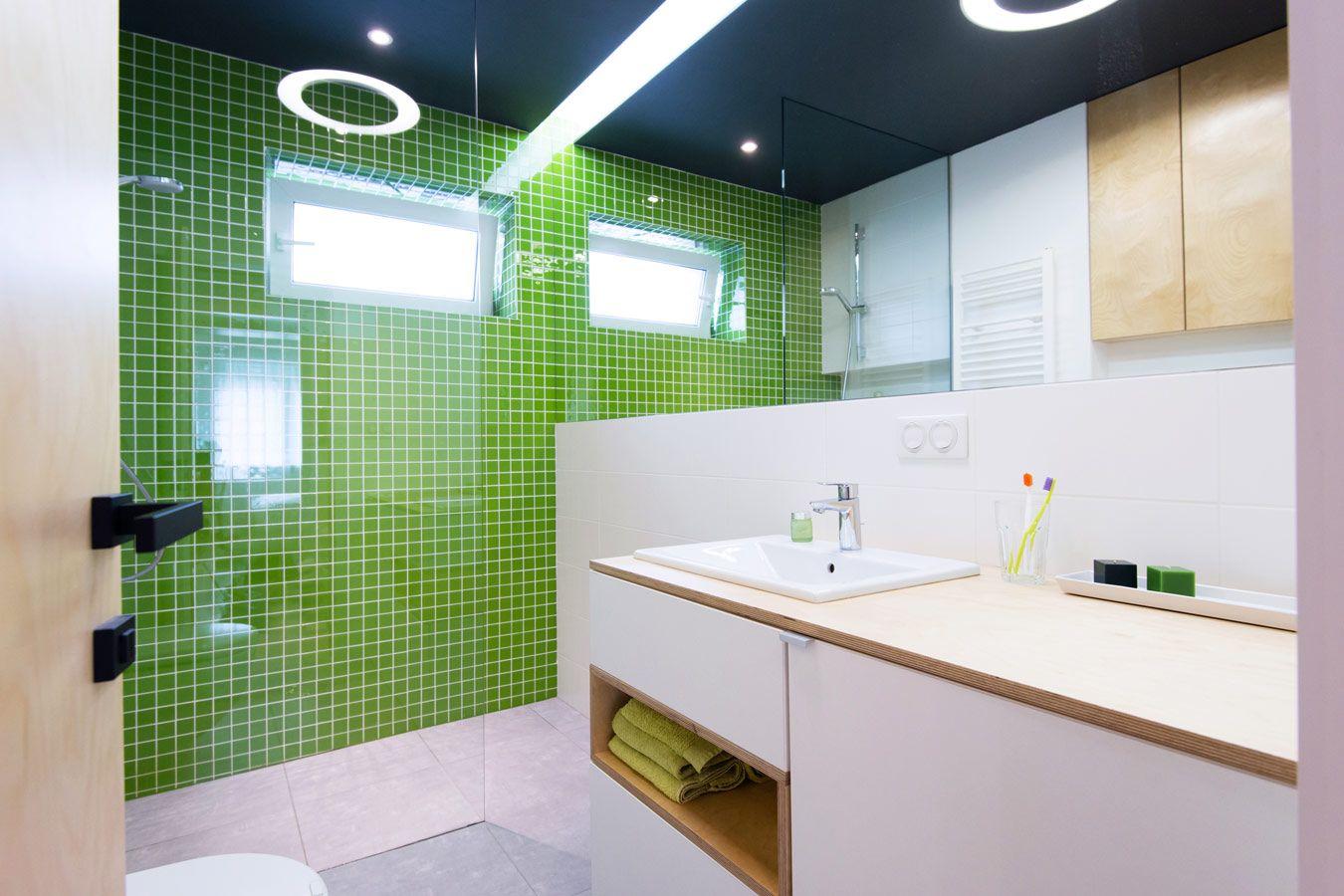 badkamer met groene accentmuur in mozaiek tegels glazen